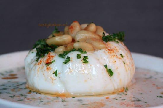 Witte bonensoep met gepocheerd eitje, Arganolie en Limu Omani