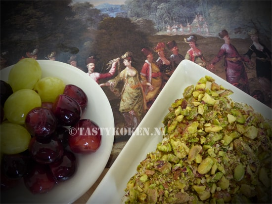 Feta met pistachenoten en gemarineerde druiven.